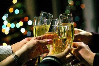 Врачи не рекомендуют пить шампанское с пеплом. Чем опасна новогодняя традиция?
