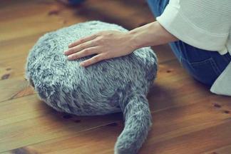 Как живая! Японцы изобрели успокаивающую подушку, которая виляет хвостом