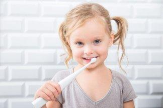 В каком возрасте пора ухаживать за детскими зубками, и как это делать правильно?