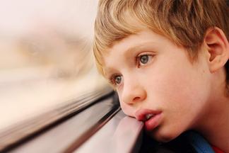Если ваш ребенок замкнутый, не значит, что он с аутизмом! Психолог о детской психике