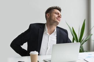 Боремся с сидячим образом жизни: 5 упражнений, которыеспасут вашу спину