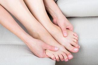 Почему пальцы ног сводит судорогами?