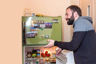 «Заглянем в чужой холодильник»: что ест белорусский холостяк