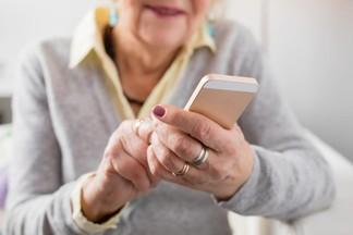 Для пожилых одиноких белорусов в изоляции начнет работать «Добрый телефон». Вы можете стать волонтером