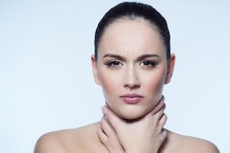 Тонзиллит — не безобидное заболевание. От него может страдать щитовидка. Разбираемся, где связь