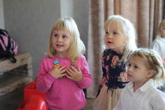 Можно ли в холодное время посещать общественные места с маленькими детьми?