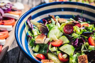 Как долго можно хранить салаты после праздника?