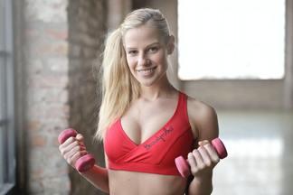 «Лепим» красивые руки дома: комплекс эффективных упражнений для женщин