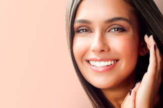 «Зубы цвета сантехники больше не в моде. Люди просят естественную улыбку»: стоматолог о винирах
