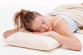 Чем грозит сон без подушки?