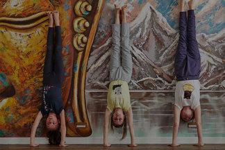 «Школьники так устают, что мечтают лежать и ничего не делать!» Инструктор о пользе детской йоги